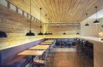 Bar minimalista con paredes de madera