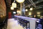Bar moderno con barra blanca