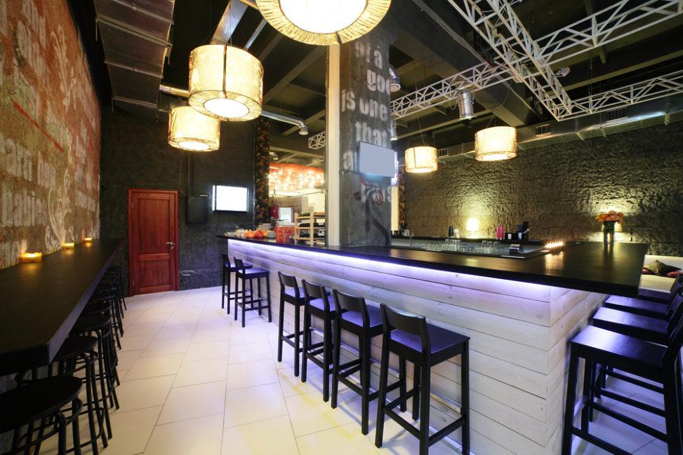 Bar moderno con barra blanca fotos para que te inspires - Decoracion bares modernos ...