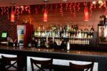 Bar moderno en tonos rojos