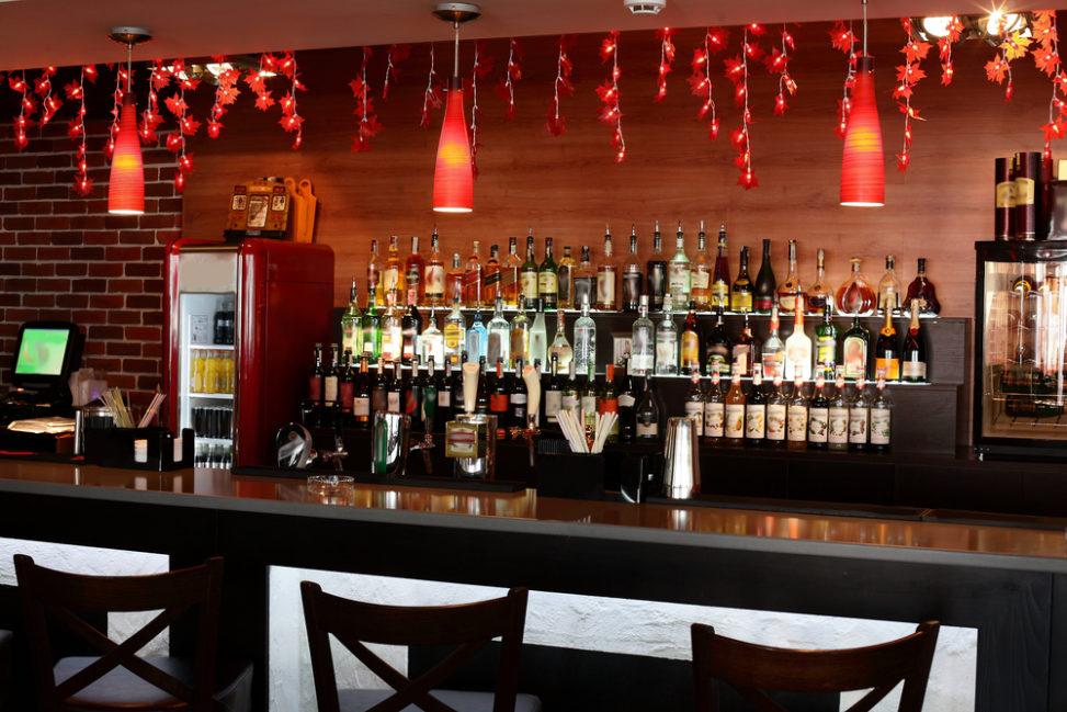 Bar moderno en tonos rojos fotos para que te inspires 3presupuestos - Fotos de bares modernos ...