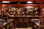 Bar rústico con suelo de baldosa hidráulica