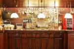 Bar vintage con barra de madera