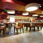 Cafetería de estilo ecléctico con suelo de gres