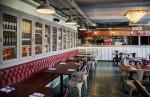 Cafetería de estilo industrial con baldosas hidráulicas