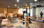 Cafetería ecléctica con azulejos de colores