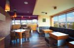 Cafetería ecléctica con suelo de parquet