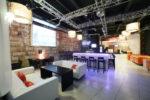 Cafetería estilo minimalista con sofás blancos