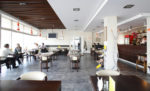 Cafetería minimalista con paredes blancas