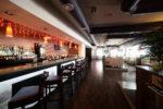 Cafetería minimalista con suelos de madera