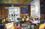 Cafetería moderna con paredes de madera