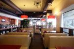 Cafetería moderna con sofás blancos