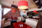 Cafetería vintage con mesas rojas