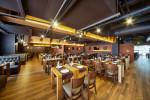 Restaurante de estilo industrial con suelo de parquet