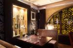Restaurante clásico con paredes empapeladas
