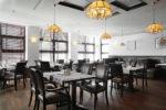 Restaurante clásico con suelo de madera