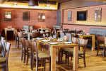 Restaurante de estilo industrial con ladrillo visto