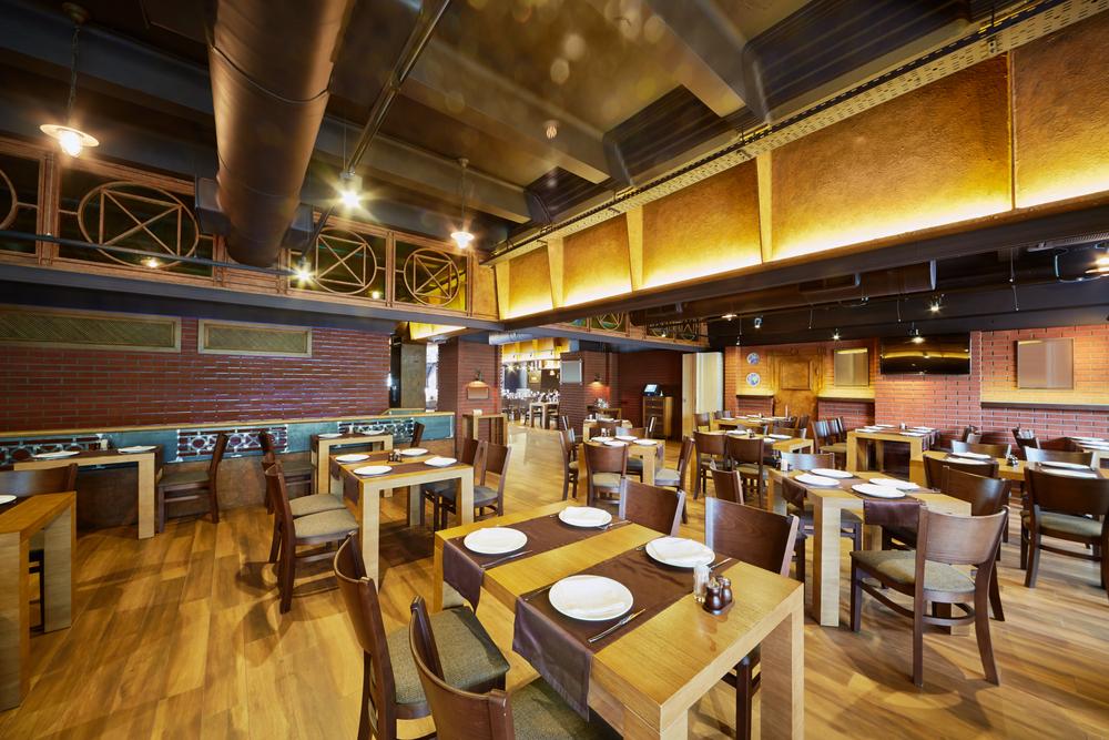Restaurante de estilo insdustrial con suelo de madera for Decoracion de banos de restaurantes