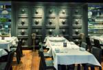 Restaurante de estilo japonés con suelo de madera