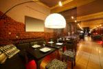 Restaurante de estilo ecléctico con ladrillo visto