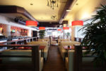 Restaurante ecléctico con lámparas colgantes
