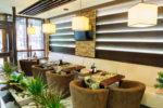 Restaurante ecléctico con plantas naturales