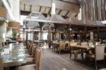 Restaurante estilo industrial con suelo de madera