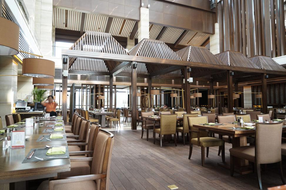 Restaurante estilo industrial con suelo de madera fotos for Restaurante madera