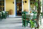 Restaurante estilo mediterráneo con terraza