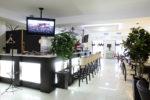 Restaurante minimalista con barra de luz
