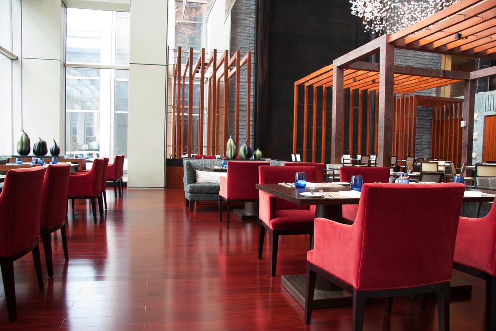 Restaurante minimalista en tonos rojos fotos para que te for Modelos de bares de madera