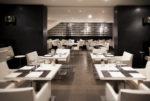 Restaurante minimalista con suelo marrón
