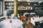 Restaurante moderno con cocina vista