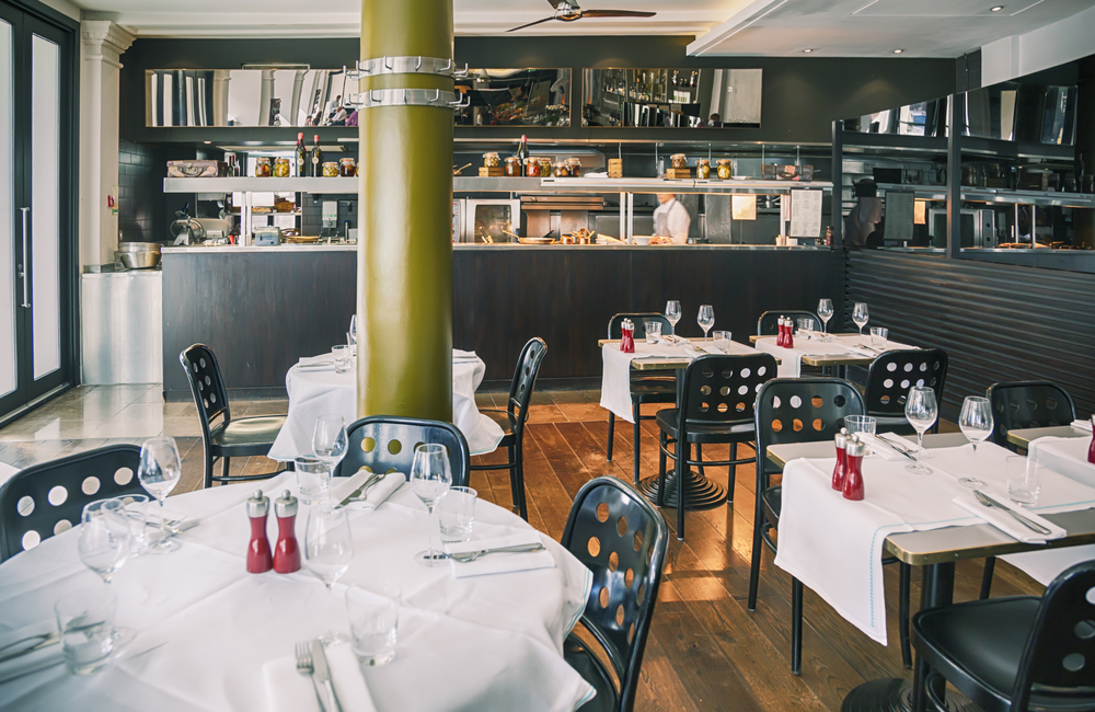 Restaurante moderno con cocina vista fotos para que te for Fachadas de restaurantes modernos