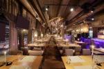 Restaurante moderno con lámpara colgante