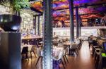 Restaurante moderno con techo iluminado