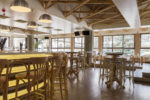 Restaurante moderno con vigas vistas