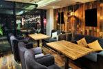 Restaurante rústico con sofás grises