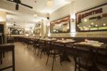 Restaurante vintage con techos blancos