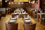 Taberna de estilo rústico con suelo de parquet