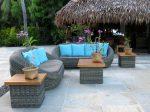 Terraza exótica con muebles grises