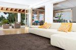 Terraza moderna con alfombra marrón