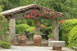 Terraza rústica con porche de piedra