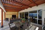 Terraza moderna con pérgola de madera