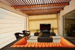 Terraza ecléctica con muebles de ratan