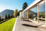 Terraza minimalista en tonos grises
