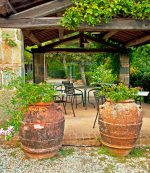 Terraza rústica con muebles de hierro forjado