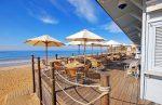 Terraza de estilo costero con sombrillas