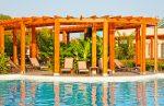 Terraza mediterránea con hamacas marrones