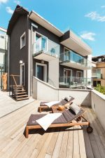 Terraza minimalista con hamacas